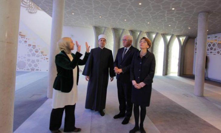 Steinmeier viziton një xhami, imami shqiptar i përkthen presidentit gjerman kuptimin e ezanit