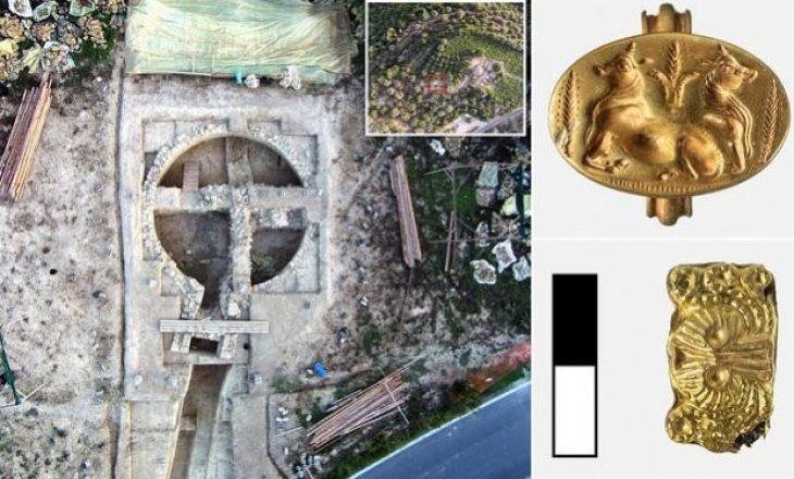 Arkeologët zbulojnë dy varre të epokës së bronzit të veshura me ar