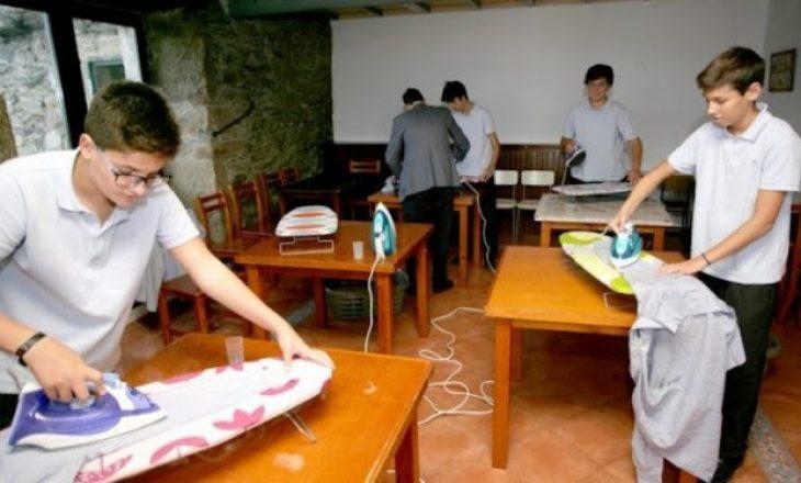 Hapet shkolla që mëson djemtë të bëjnë punë shtëpie