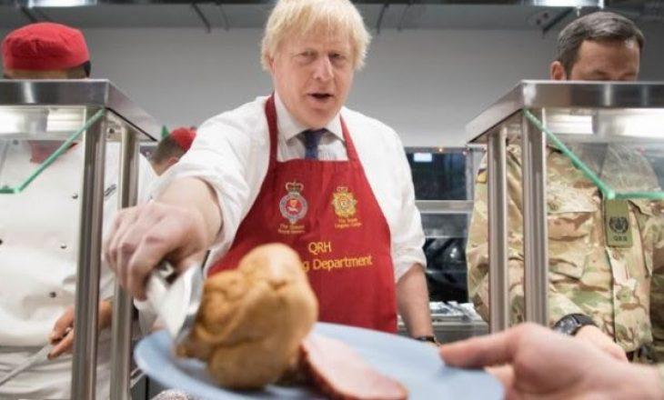 """Boris Johnson """"lë"""" postin e kryeministrit, shërben darkën për ushtarët"""