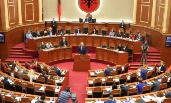 """Shqipëri, sot pritet të votohet paketa """"antishpifje"""", gazetarët në protestë"""