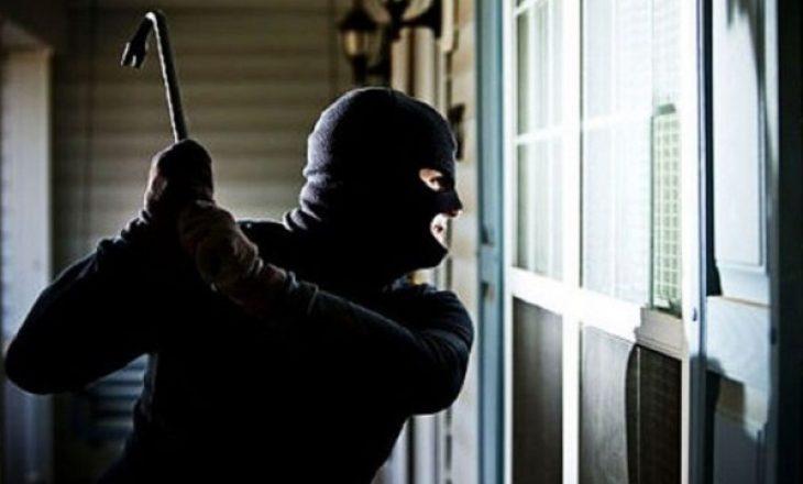 Mërgimtarit i hyjnë hajnat në shtëpi – i vjedhin një pushkë gjuetie dhe një pistoletë