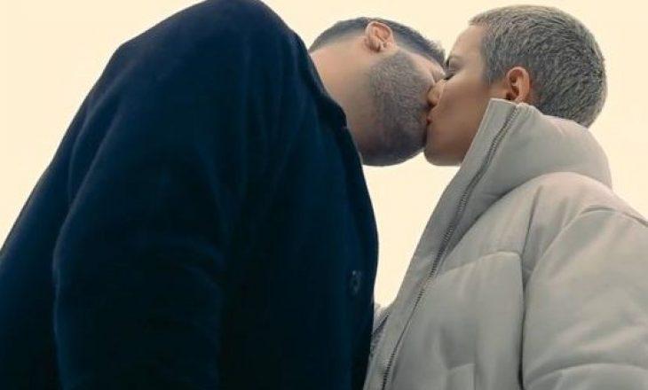 """""""Ajo u vendos në siklet"""", këngëtari shqiptar tregon si e puthi 25 herë vajzën në klip"""