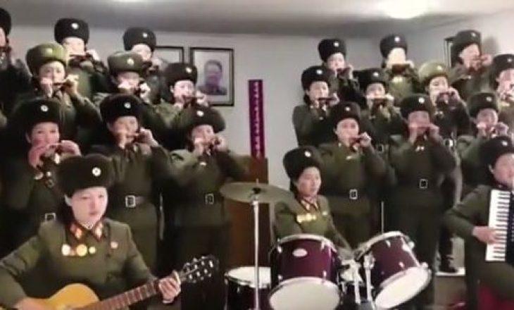 Ushtaret performojnë para diktatorit Kim Jong Un, videoja bëhet virale