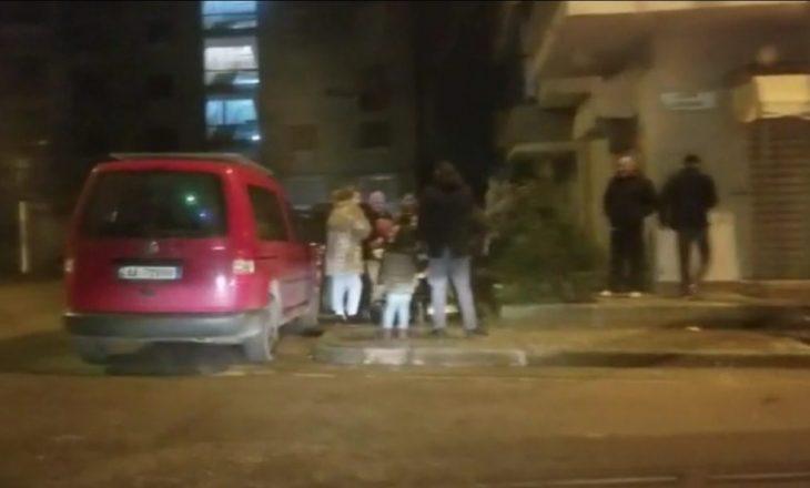 Tmerr dhe panik në Durrës, qytetarët braktisin shtëpinë dhe dalin në rrugë