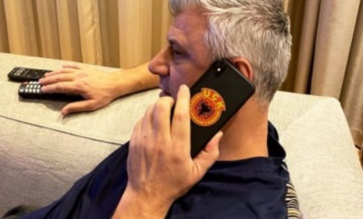 Telefoni i presidentit Thaçi me emblemën e UÇK-së