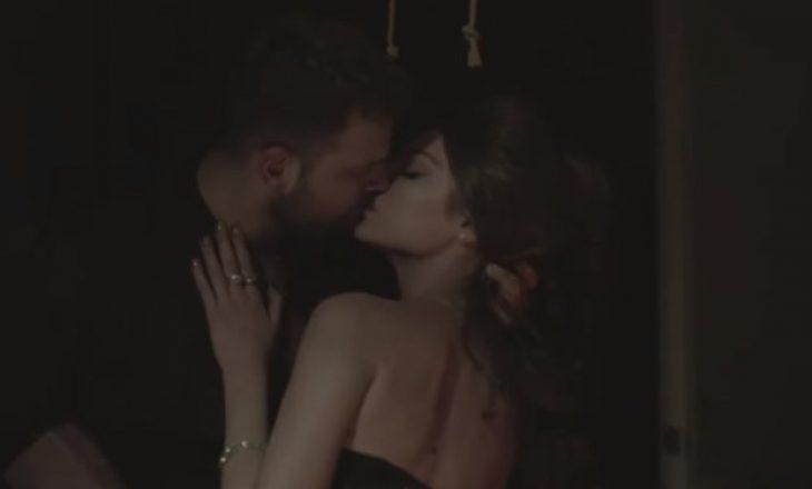 Pas fotove në shtrat, publikohet video me skena intime e këngëtarit shqiptar me modelen