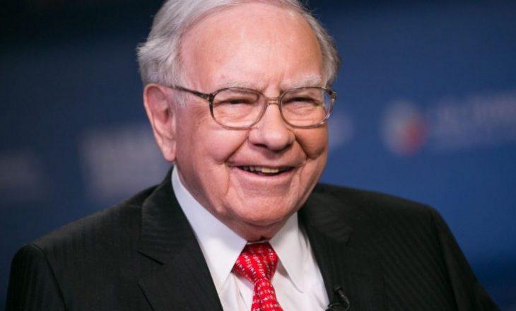 Miliarderi Warren Buffet më në fund ka ndërruar telefonin 20 dollarësh për një iPhone