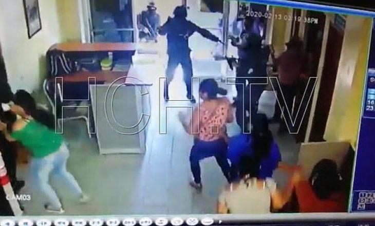 Banda futet në sallën e gjyqit dhe liron bosin, vriten policët