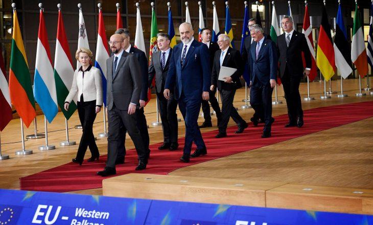 Borrell i buzëqeshur në krah të Thaçit, injoron keq Vuçiqin