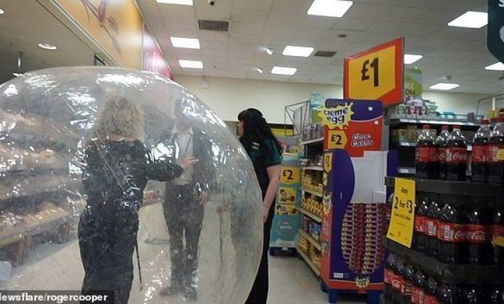 Frika nga koronavirusi/ Qeshni me lot, ja çfarë mënyre ka zgjedhur kjo grua për të blerë ushqime