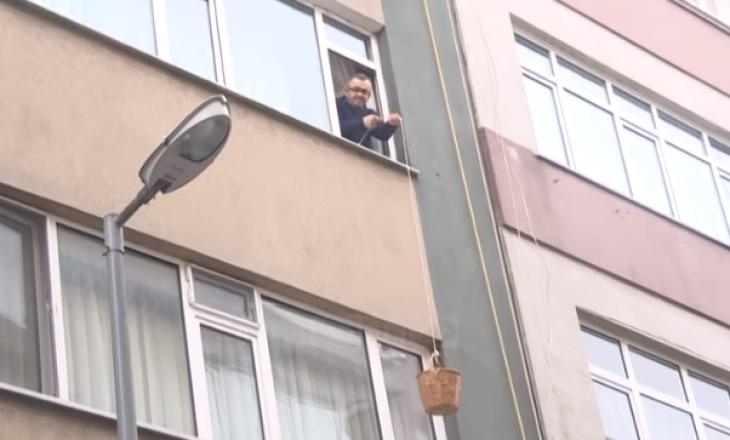 Të moshuarit në Turqi bëjnë pazar me kovë e litar