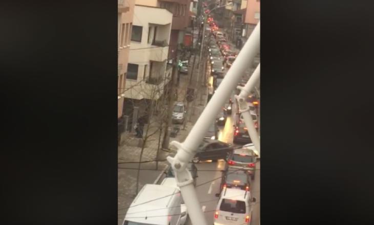 Qytetarët vërshojnë rrugëve pas orës 16:00