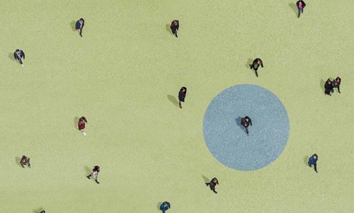 Distancimi social i vështirë, pasi është kundër natyrës njerëzore