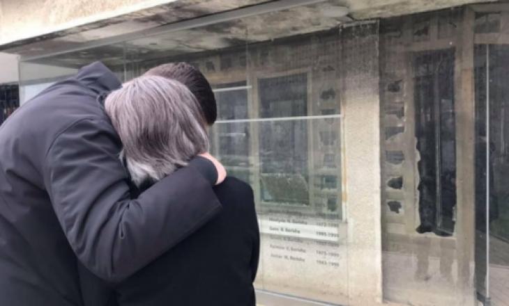 Gramoz Berisha dhe nëna e tij përkujtojnë 52 familjarët e vrarë nga forcat serbe