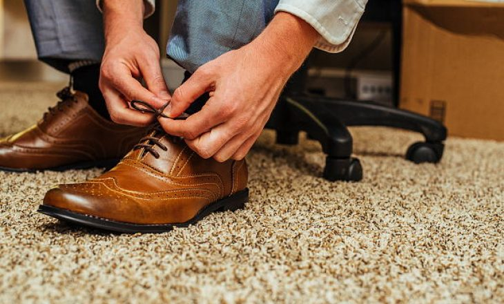 Paralajmërojnë specialistët: Lini këpucët jashtë shtëpisë, e mbajnë koronavirusin mbi 5 ditë