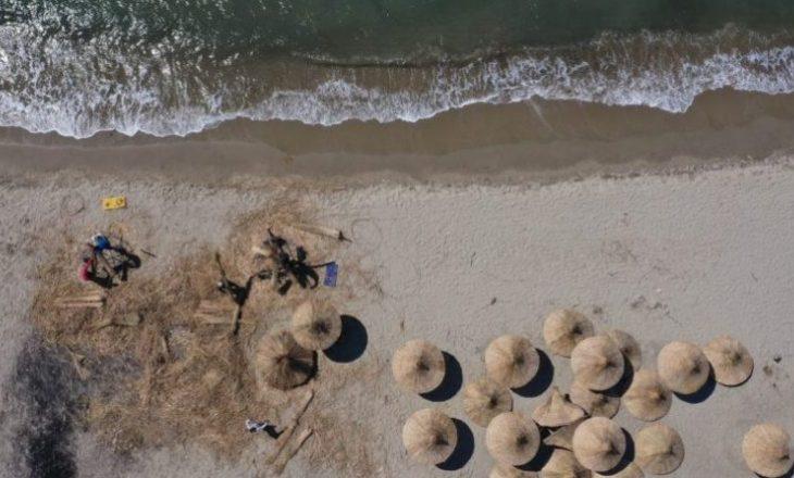 Në Shqipëri nis të mendohet për plazhin, punëtorët thurin çadrat