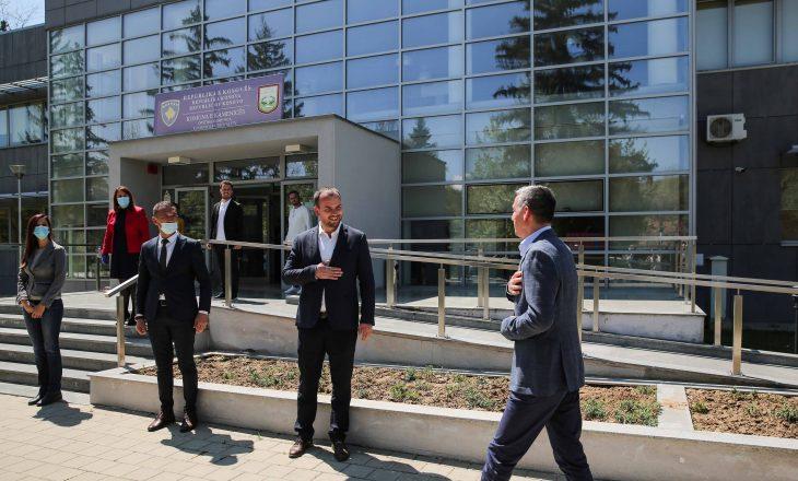 Veseli në Kamenicë takohet me Qëndron Kastratin – bisedojnë për pakon e rimëkëmbjes ekonomike