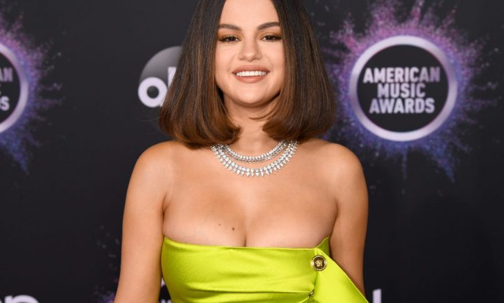 Selena Gomez flet haptas për problemet me shëndetin mendor