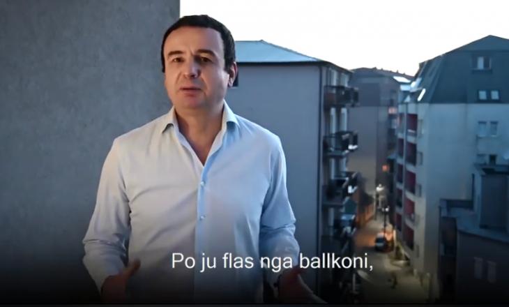 Kurti nga ballkoni i banesës së tij mesazh qytetarëve: Nëse dilni, izolimi zgjatet