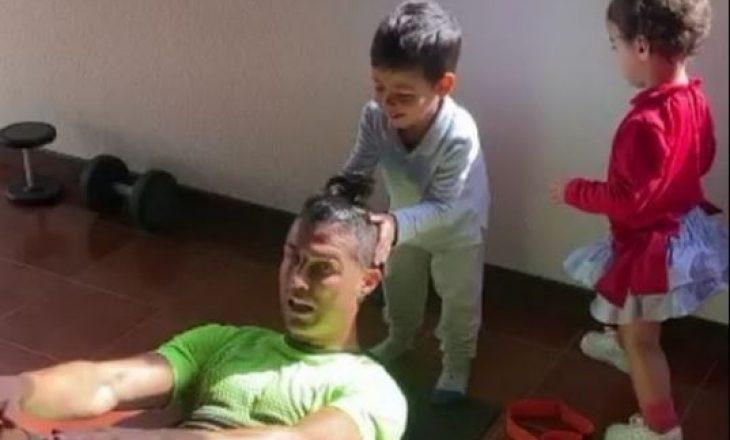 Ronaldo bën ushtrime speciale në kushte shtëpiake [Video]