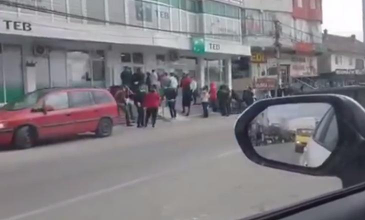 Kufizimi i lëvizjes, turma njerëzish para bankave në Fushë Kosovë