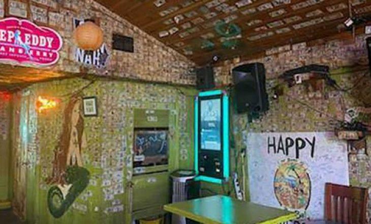 Pronarja e një restoranti në SHBA mbledh dollarët e ngjitur nëpër mure për të paguar punëtorët