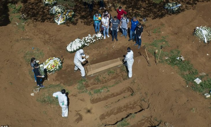 Imazhet rrëqethëse, hapen qindra varre për të vdekurit nga koronavirusi