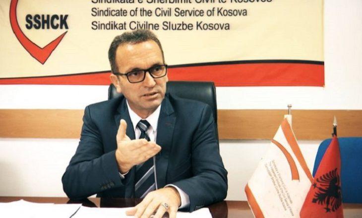 Shërbyesit civil kërcënojnë me bllokim të administratës