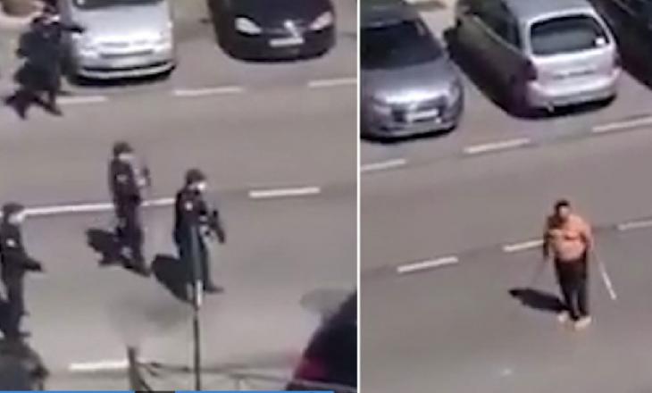 Policët shtypin mes dy makinave burrin e zhveshur me dy shpata samurai, që i kërcënonte me koronavirus