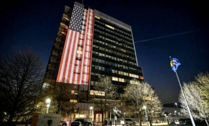 Flamuri i ShBA-së vendoset në ndërtesën e Qeverisë, në shenjë solidarizimi për viktimat nga COVID-19