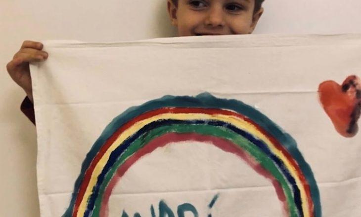 Duke pikturuar ylberin, fëmijët përcjellin mesazhe motivuese për njëri tjetrin!