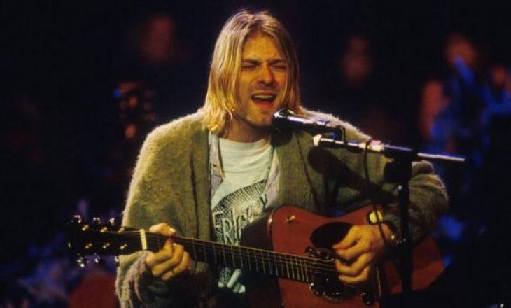 Kitara e famshme e Kurt Cobain shitet në ankand për një çmim marramendës