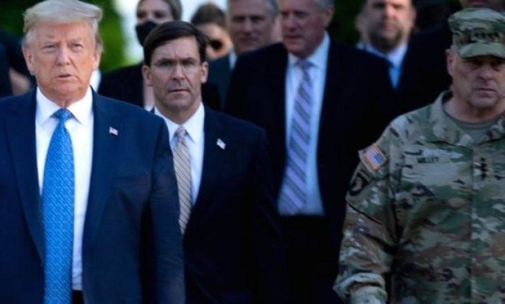 Gjenerali i ushtrisë amerikane pendohet që qëndroi pranë Trump në një ngjarje publike