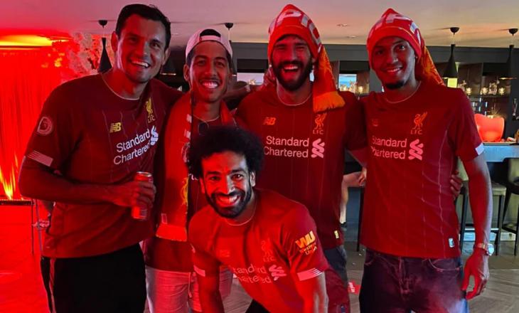 Momenti kur futbollistët e Liverpool e festuan titullin
