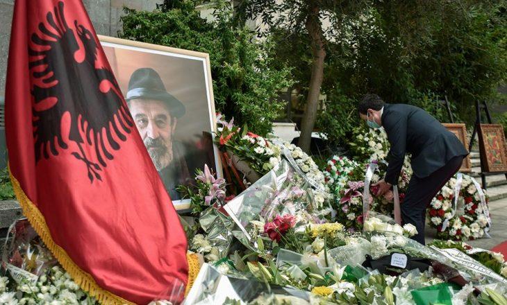 Vetëvendosje merr pjesë në ceremoninë e varrimit të Moikom Zeqos
