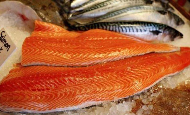 Frika kaplon kinezët – hedhin mishin e salmonit