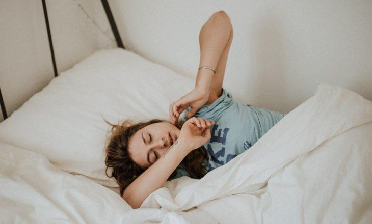 Ushqimet që ju ndihmojnë të bëni gjumë më të mirë (dhe ato që nuk ju ndihmojnë)