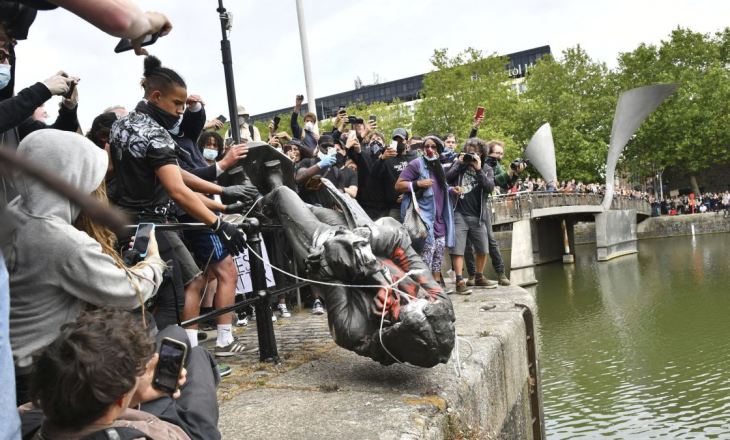 """Ashpërsohen protestat në Britani të Madhe, rrëzohet """"statuja raciste"""" e shekullit të 17-të (VIDEO)"""
