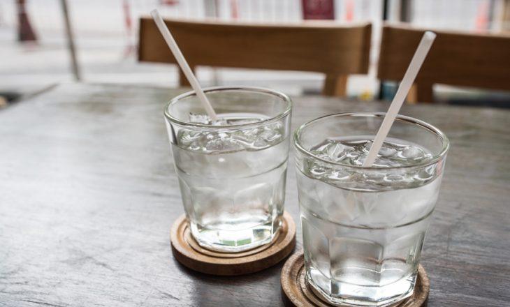Këto janë arsyet pse ju nuk duhet të pini ujë të akullt këtë verë