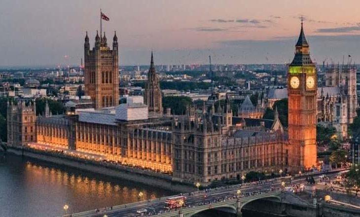 Anglia largon karantimin për shumë vende