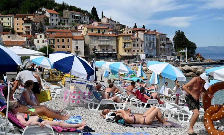 Turistët mbesin duke fjetur në plazhë, pasi paguajnë hotelet që ende janë mbyllur