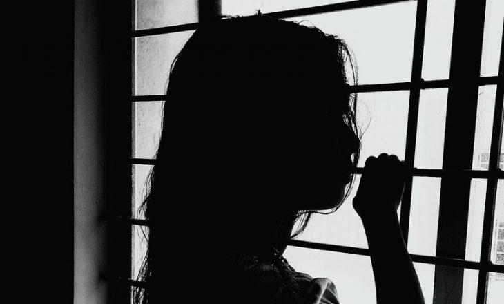 Nëna përfshin vajzën 5 vjeçare në marrëdhie seksuale me të dashurin pedofil