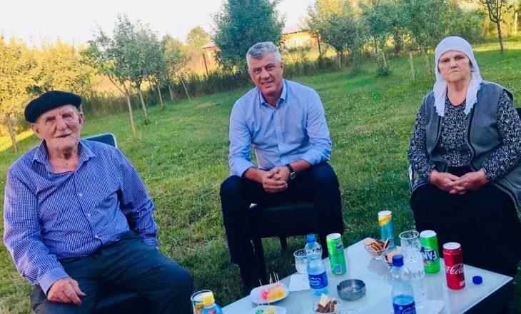 Thaçi viziton prindërit e Rasim Kiçinës