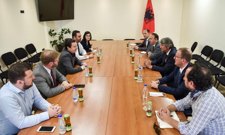 Një delegacion i Aleancës së Shqiptarët dhe Alternativës vizitojnë Lëvizjen Vetëvendosje