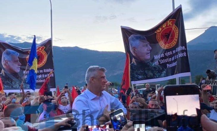 Pas kthimit në Kosovë, presidenti Hashim Thaçi pritet me  brohoritje nga qindra qytetarë