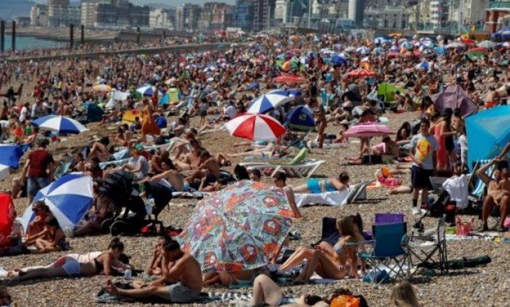 Dita më e nxehtë e vitit – Mijëra njerëz pushtojnë plazhet