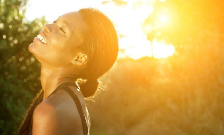 Si të parandalojmë rrjepjen e lëkurës pas djegjes nga dielli