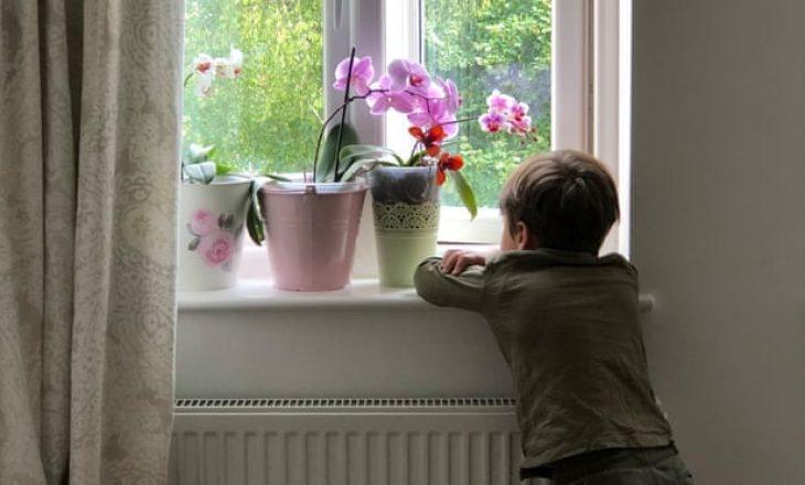 Katër vjeçari arrin marrëveshjen me shtëpinë botuese për të publikuar librin e tij të parë me poezi