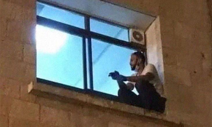 Çdo ditë, ky burrë ngjitej në dritaren e dhomës së spitalit për të parë nënën e tij deri kur ajo ndërroi jetë